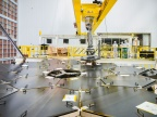 Proces montażu poszczególnych segmentów zwierciadła teleskopu. Fot. NASA/Chris Gunn