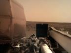 NASA InSight ładuje baterie słoneczne po wylądowaniu na Marsie. Image credit: NASA/JPL-Caltech