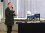 Dr Andrzej Woźnica z Wydziału Biologii i Ochrony Środowiska UŚ prezentuje działanie urządzenia ABTOW