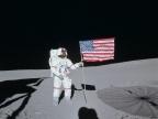 Alan Shepard przy fladze amerykańskiej (misja Apollo 14, 1971). Fot NASA