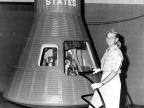Jerrie Cobb przy kapsule Mercury   Image Credit: NASA