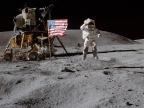 John Young salutuje fladze amerykańskiej (misja Apollo 16, 1972). Fot. NASA