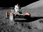 Eugene A. Cernan w pojeździe księżycowym (misja Apollo 17, 1972). Fot. NASA/Harrison Schmitt