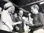 Królowa przekazuje Puchar Świata Bobby'emu Moore'owi po zwycięstwa 4:2nad Niemcami. W środku książę Filip, który 10 czerwca skończył 95 lat. Fot. wikipedia.pl.