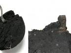 Tworzywo sztuczne i metal znalezione w brykiecie z węgla drzewnego zakupionym w jednym z supermarketów fot. Zbigniew Jelonek