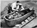 Howard Carter bada sarkofag Tutanchamona (Foto: pl.wikipedia.org)