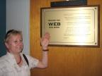 Mgr Janina Pawlik z Instytutu Fizyki UŚ przy tablicy w CERN upamiętniającej pierwsze chwile sieci WWW