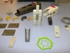 Modele wykonane z opatentowanych materiałów, w tym m.in. fragment tkanki kostnej człowieka, formy uszu oraz uchwyt wykorzystywany w diagnozowaniu chorób nowotworowych górnych dróg oddechowych. Fot. Małgorzata Kłoskowicz