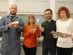 Naukowcy prezentują różne formy wydrukowane przy wykorzystaniu opatentowanych materiałów. Fot. Małgorzata Kłoskowicz