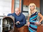 Prof. dr hab. inż. Ewa Schab-Balcerzak oraz dr inż. Marcin Libera prezentują reaktor plazmowy wykorzystywany do przygotowania warstw nieorganicznych i polimerowych przy zastosowaniu wyładowania jarzeniowego. Fot. Uniwersytet Śląski