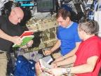 Scott Kelly oraz Siergiej Wołkow i Michaił Kornienko. Fot. NASA
