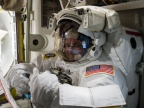 Scott Kelly przygotowujący się do spaceru na zewnątrz Międzynarodowej Stacji Kosmicznej ISS. Fot. NASA