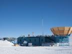 Zespół pięciu polarymetrów Keck Array usytuowany w okolicach Bieguna Południowego (Foto: blog Weak Nuclear Force)