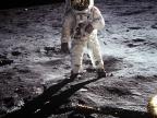 Edwin Aldrin. W hełmie odbija się Armstrong. Fot. NASA