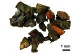 Drobinki odnalezionego meteorytu, którego wiek określono na ok. 65 milionów lat