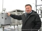 Dr Mieczysław Leśniok przy urządzeniach pomiarowych usytuowanych na dachu osiemnastopiętrowego budynku Wydziału Nauk o Ziemi w Sosnowcu