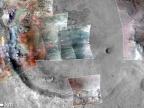 Sztucznie dodane kolory pokazują występowanie minerałów w kraterze Jezero. Kolor zielny pokazuje miejsce występowania węglanów. Image credit: NASA/JPL-Caltech/MSSS/JHU-APL/Purdue/USGS