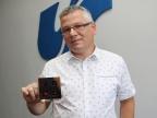 Dr Grzegorz Sapota z Zakładu Komputerowych Systemów Biomedycznych UŚ prezentuje prototyp włącznika dotykowego Fot. Sekcja Prasowa UŚ