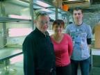Od lewej: dr Andrzej Kędziorski, mgr Ewa Świerczek oraz mgr Jacek Francikowski w pracowni hodowli owadów na Wydziale Biologii i Ochrony Środowiska UŚ. Fot. Małgorzata Kłoskowicz