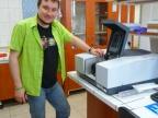 Dr Andrzej Swinarew podczas oprowadzania po laboratorium pracowni polimerowej Instytutu Nauki o Materiałach UŚ. Fot. Małgorzata Kłoskowicz