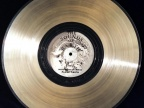 Do kadłuba każdej z sond Voyager przymocowana jest 12-calowa płyta gramofonowa wykonana z pozłacanej miedzi. Fot. NASA/JPL