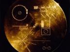 Odwrotna strona płyty zawiera instrukcję odtworzenia informacji na niej zawartych przeznaczoną dla potencjalnych znalazców. Fot. NASA/JPL