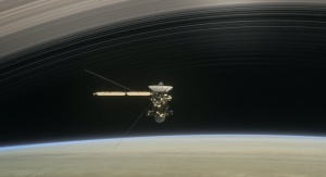 Artystyczna wizja sondy Cassini podczas Grand Finale. Credit: NASA/JPL-Caltech