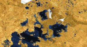 Mapa północnego bieguna Tytana w fałszywych kolorach, ukazująca zbiorniki ciekłych węglowodorów. By NASA / JPL-Caltech / Agenzia Spaziale Italiana / USGS - http://photojournal.jpl.nasa.gov/catalog/PIA17655, Domena publiczna, https://commons.wikimedia.org/w/index.php?curid=30129843