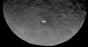 Zdjęcie wykonane przez sondę Dawn podczas przelotu nad planetą karłowatą Ceres 4 maja 2015 roku. Fot. JPL/NASA