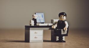 postać z klocków przedstawiająca pracownika biurowego