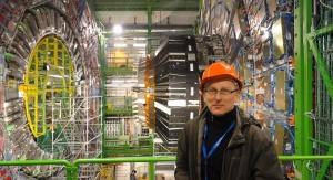 Prof. Janusz Gluza przy przy Wielkim Zderzaczu Hadronów w ośrodku Europejskiej Organizacji Badań Jądrowych CERN. Fot. archiwum prof. J. Gluzy