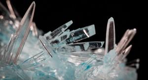 Mikroskopijny widok kryształów na czarnym tle