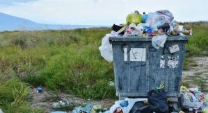 Kosz zapchany dużą ilością śmieci
