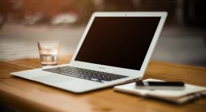laptop leżący na biurku