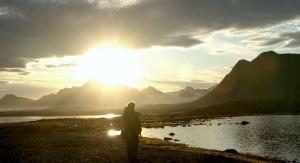 Zdjęcie wykonane po północy w czasie dnia polarnego. W tle Werenskioldbreen, jeden z najlepiej zbadanych lodowców zakończonych na lądzie na południowym Spitsbergenie – naturalne laboratorium procesów, zjawisk i form związanych z kriosferą. Fot. Jarosław Hałat