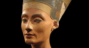 Posążek Nefertiti. Fot. Philip Pikart (Own work) [GFDL (http://www.gnu.org/copyleft/fdl.html) or CC BY-SA 3.0 (http://creativecommons.org/licenses/by-sa/3.0)], via Wikimedia Commons