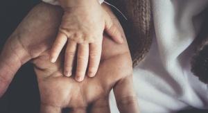 Zdjęcie przedstawia małą i dużą dłoń