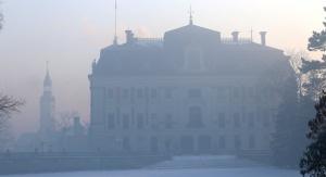 Pałac w Pszczynie przysłonięty smogiem. Według raportu WHO z 2016 roku Żywiec, Pszczyna i Rybnik to najbardziej zanieczyszczone smogiem miasta w całej Unii Europejskiej. Foto: pless.pl