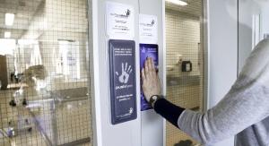 Urządzenie Surfaceskins zainstalowane na drzwiach szpitala. Credit: Surfaceskins
