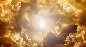 formujące się chmury, w centrum silne światło słoneczne