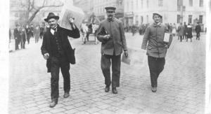 Trzech mężczyzn z urną wyborczą | fot. ze zbiorów Muzeum Powstań Śląskich w Świętochłowicach