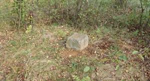 Kwadratowy kamień - punkt triangulacyjny Sucha Góra   fot. archiwum M. Lamparskiej