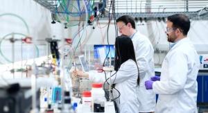 dwóch mężczyzn i kobieta w laboratorium