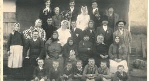 Fotografia weselna: Gustaw Šalbot i Hana Poljak wraz z rodziną Poljaków (Potisský Sv. Mikuláš, lata 30. XX wieku) | fot. archiwum prywatne G. Poljaka