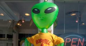 Typowe wyobrażenie kosmity w jednej z witryn sklepowych w Roswell (USA). Fot. Arleta Rynk