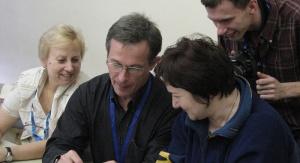 Dr Jerzy Jarosz, prof. UŚ z uczestnikami warsztatów w CERN-ie