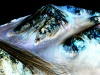 Woda w postaci ciemnych smug na stoku krateru na Marsie. Fot. NASA/JPL/University of Arizona