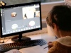 Widok chłopca patrzącego w stronę monitora. Na monitorze rozmazany widok z lekcji online