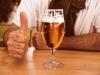 Zdjęcie przedstawia szklankę z piwem