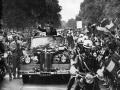 Jurij Gagarin podczas uroczystego przejazdu ulicami Warszawy (1961). Fot. wikipedia.org